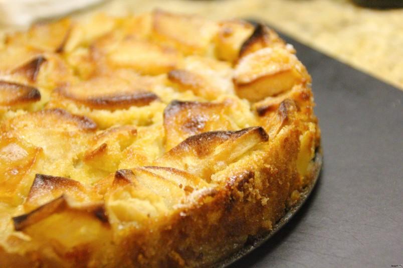 Бисквит шарлотки - как облачко, нежный и воздушный, а яблоки так приятно дополняют его вкус, особенно если они с кислинкой, а какой аромат стоит.