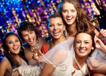 Поздравить подругу в день свадьбы не помешает стихами собственного сочинения.