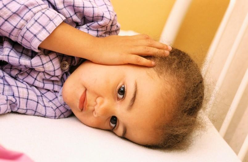 При острой форме отита появляется высокая температура, ребенок отказывается от еды и сна.
