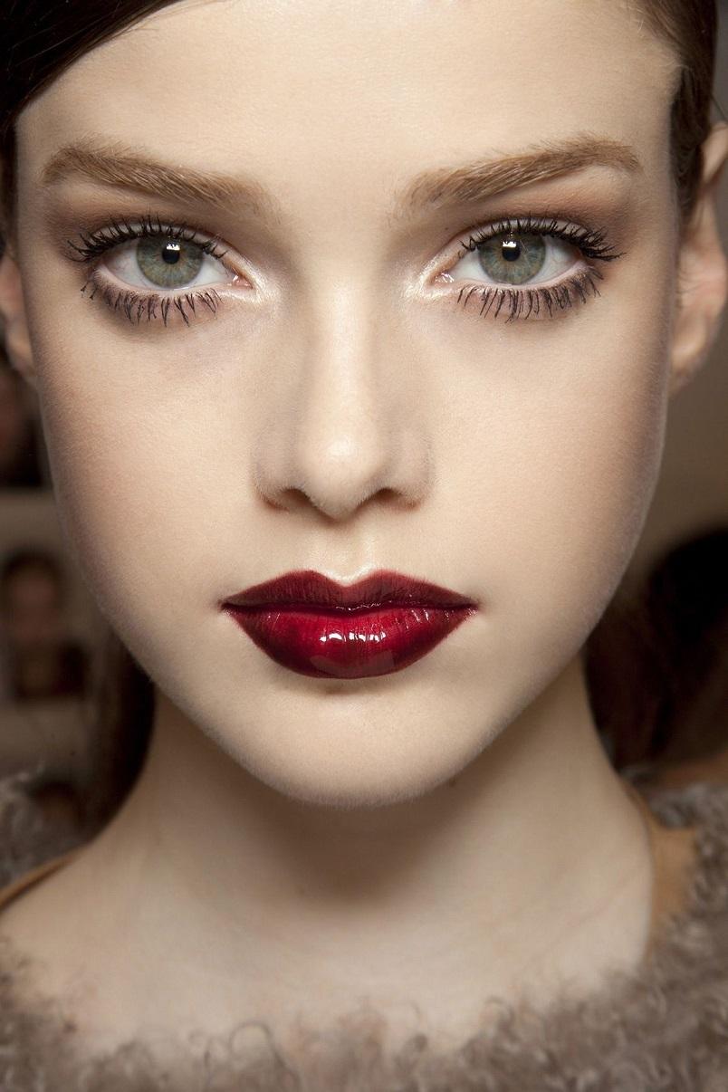 Не думайте, что помада цвета марсала подразумевает насыщенный мэйк-ап глаз