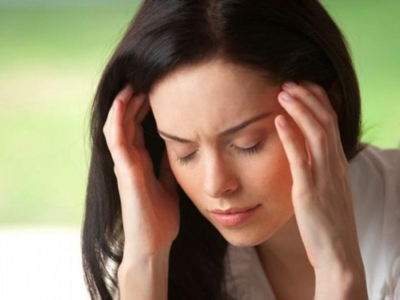 Эффективным способом избавиться от головной боли в народе считается прикладывание капустного листа. Такой метод уж точно не повредит лактации.