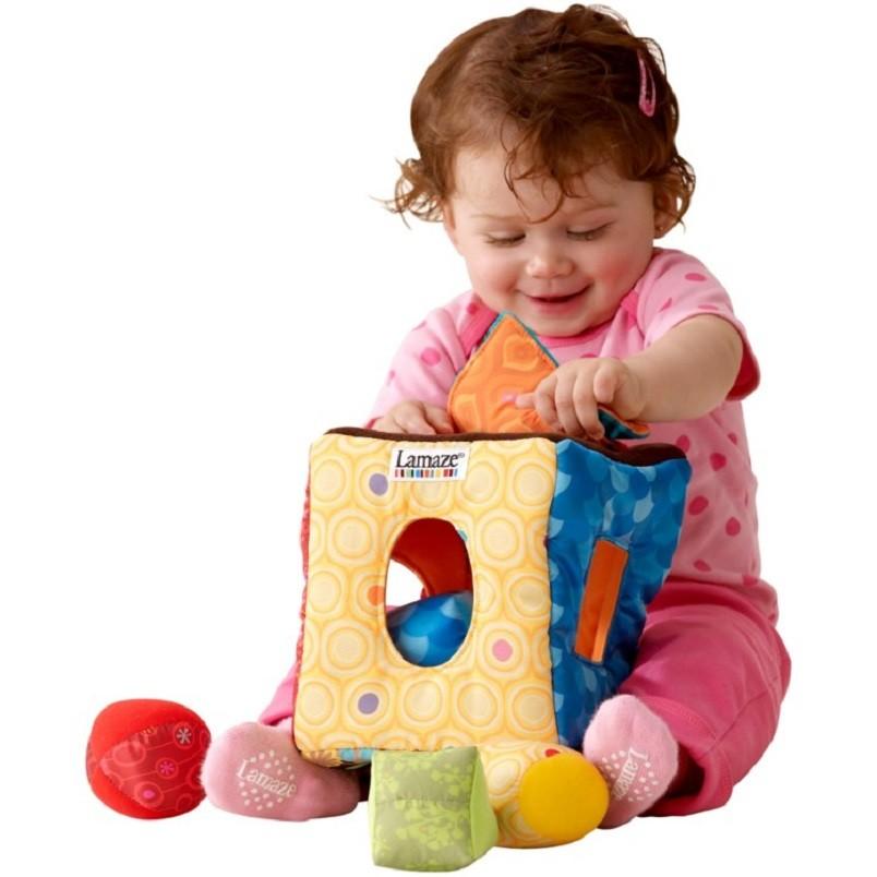 Малыш в 8 месяцев не только по очереди может брать игрушки и рассматривать их, но и совершать некие действия одной игрушкой относительно другой.
