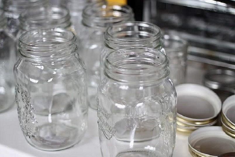 Перед стерилизацией банки необходимо тщательно помыть, даже если они на первый взгляд кажутся чистыми.