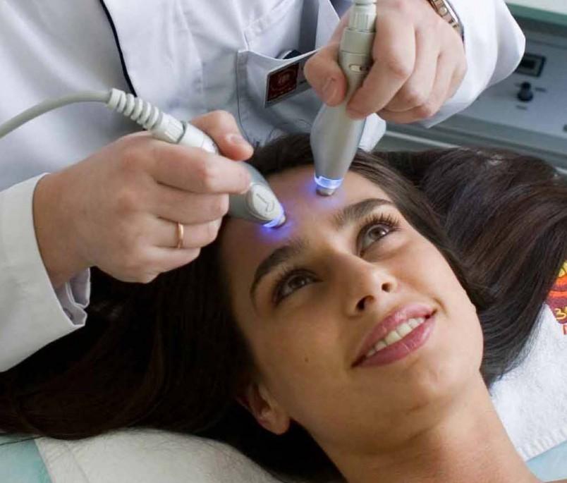 После лазерной чистки кожа работает на полное обновление, активизируется выделение белков, которые делают ее эластичной и упругой.