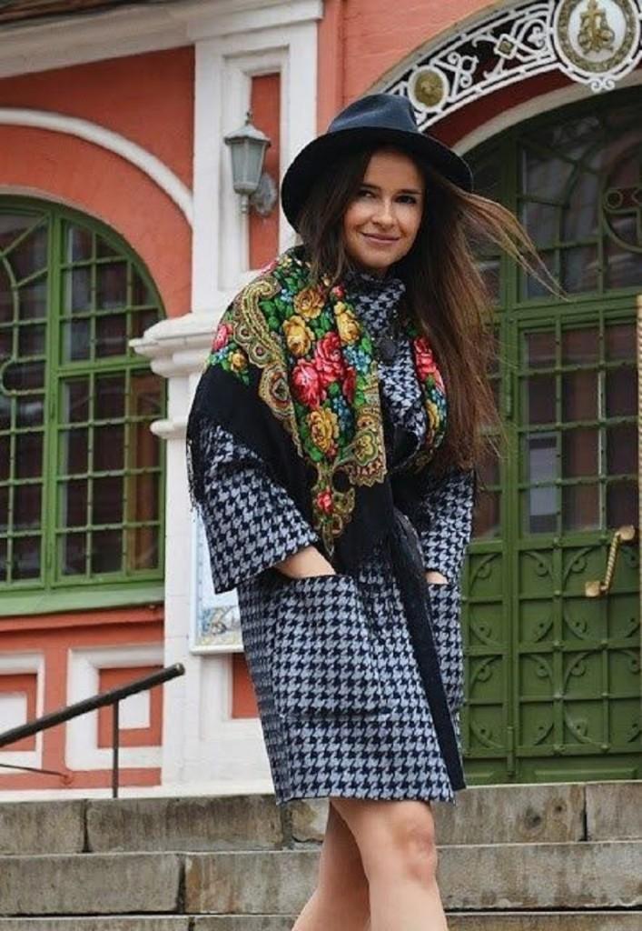 Наброшенный на плечи яркий платок способен поддержать цветовую гамму наряда и сделать ее активнее