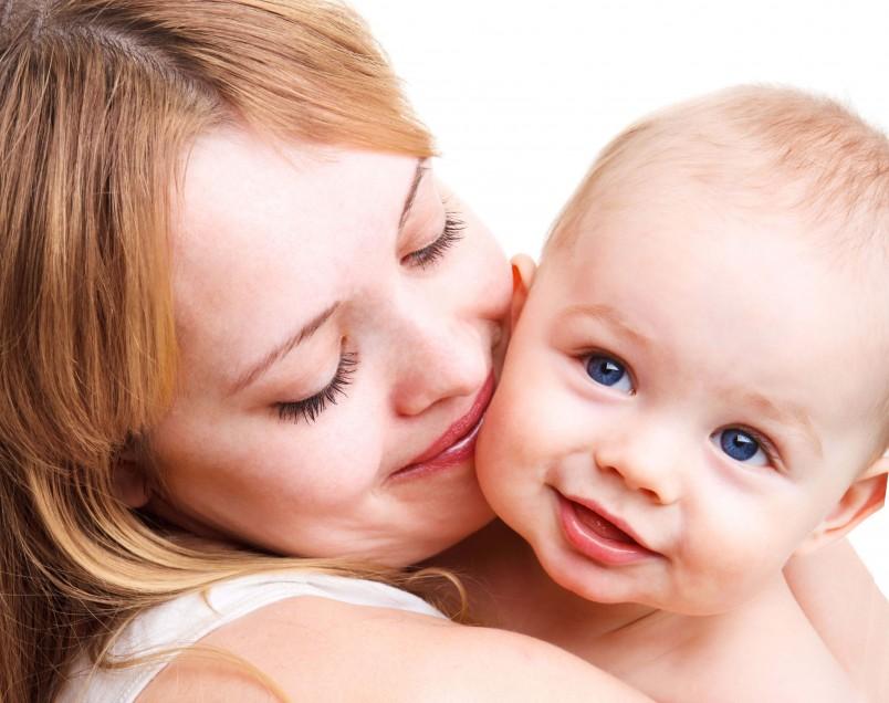 При краснухе у ребенка повышается температура, возникают признаки интоксикации, увеличиваются лимфатические узлы.