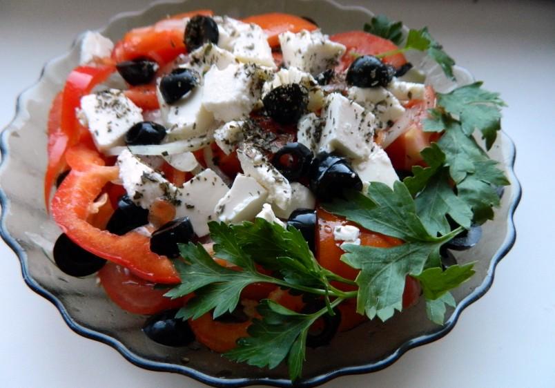 В различных уголках Греции в салат добавляют различные ингредиенты.