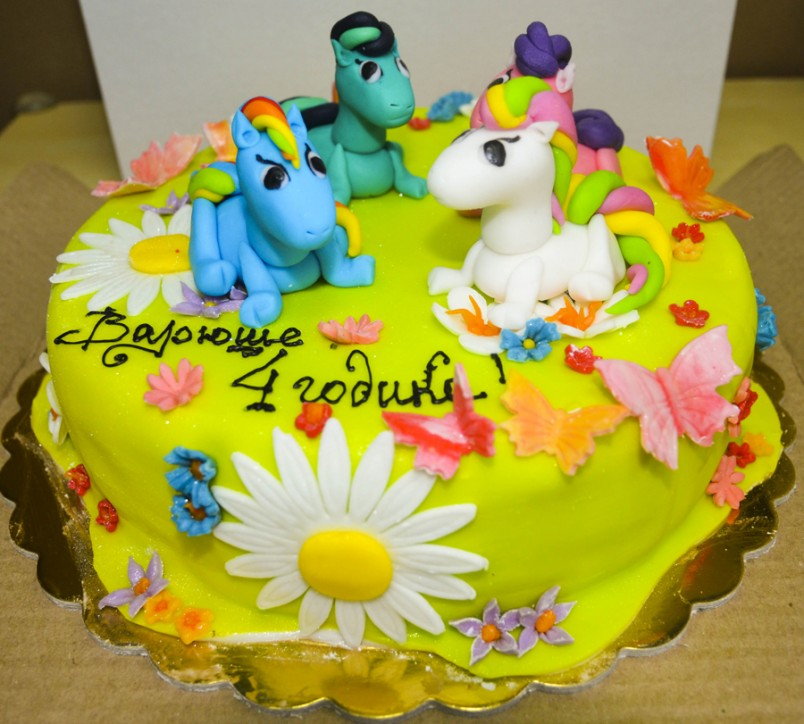 Закажите имениннику торт, который отражает его мечту или любимое дело. Так это может быть торт в виде машины или футбольного поля.