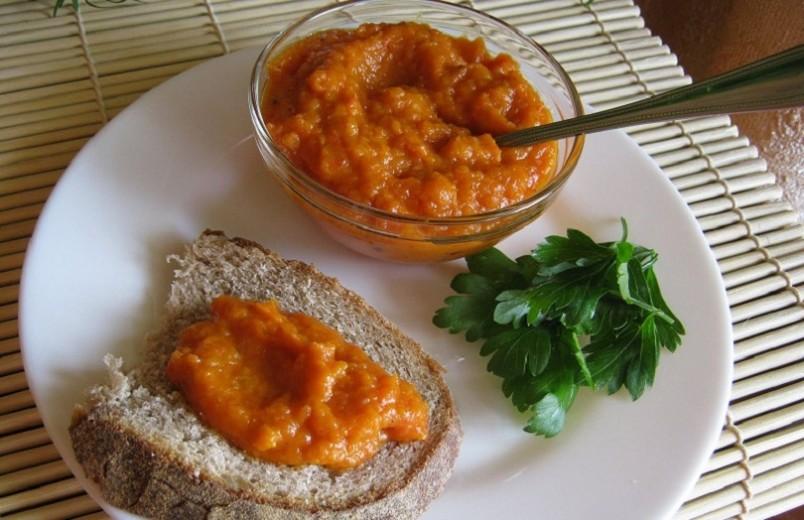 Перед приготовлением овощной икры кабачки предварительно варят, жарят или запекают в духовом шкафу.