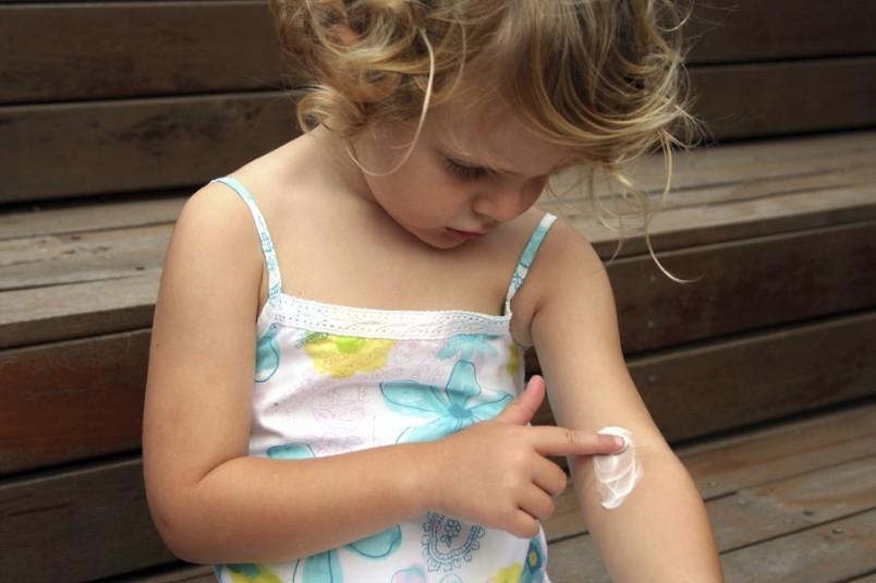 Диагноз атопического дерматита можно поставить на основании семейного анамнеза, истории болезни, наличия покраснения, сухости и зуда кожи, а также при наличии каких-либо других признаков атопического дерматита.