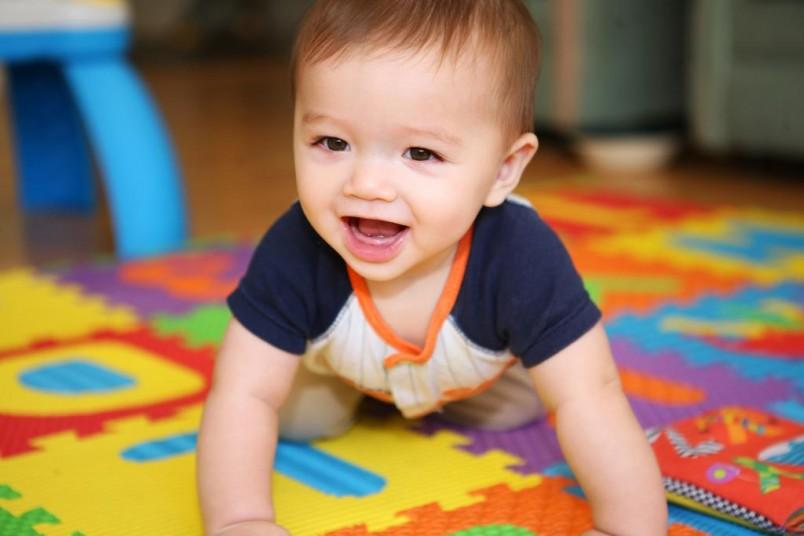 Малыш в 7 месяцев ползает вперед и назад – быстро, проворно и сознательно, т.е. он ползет именно туда, куда ему нужно.