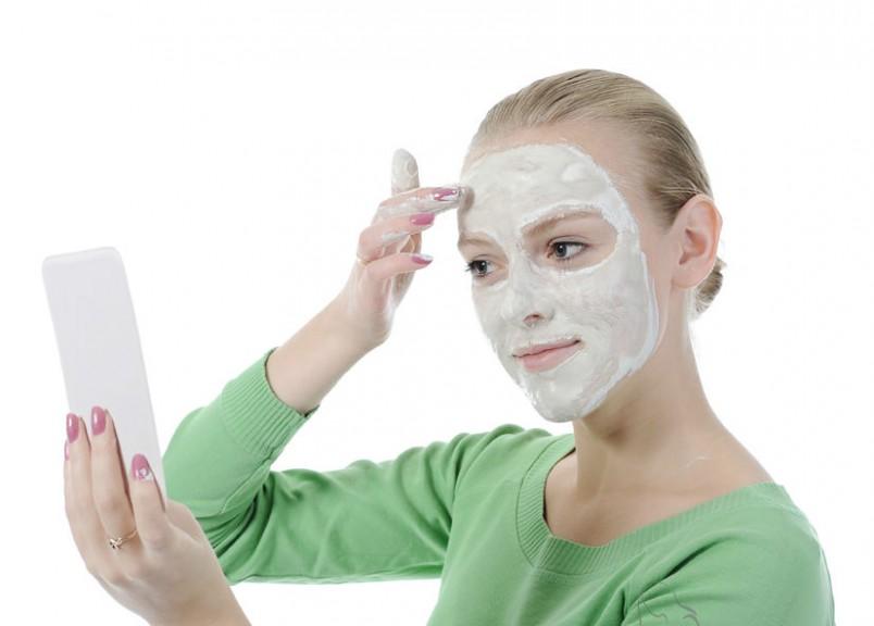Раз в неделю применяйте маски, тоники и лосьоны для лица, сделанные в домашних условиях из натуральных продуктов, чтобы убрать со лба прыщи.