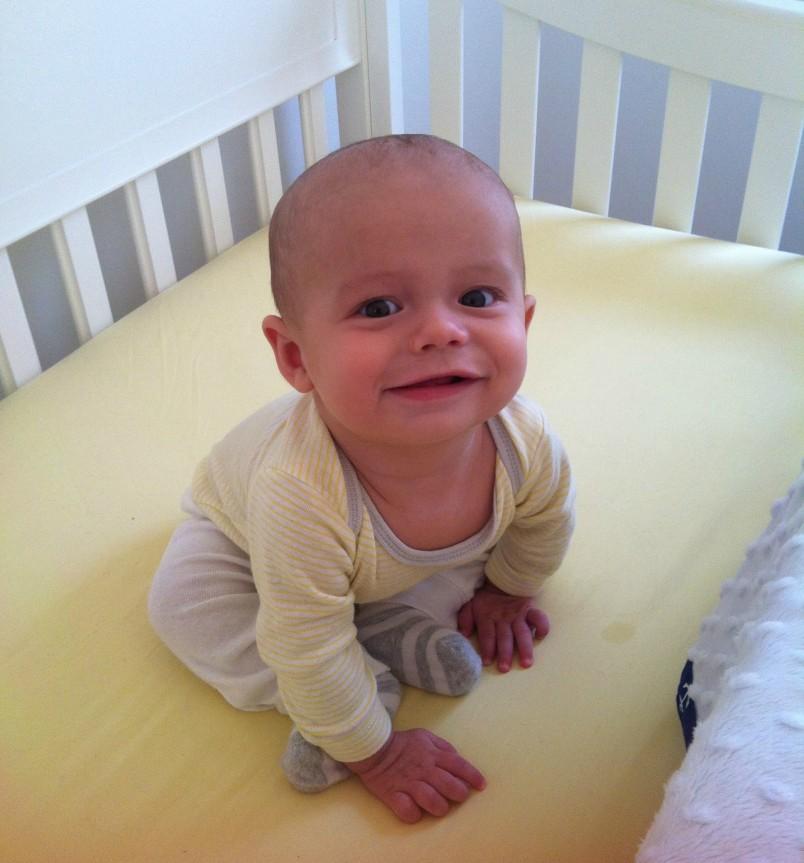 Детский организм развивается очень стремительно, поэтому сколько времени должно пройти, чтобы кроха начал сам сидеть, сказать никто точно не может.