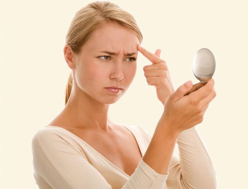 Основная причина того, что на лице остается после прыща шишка либо «украшение» иного типа – выдавливание.