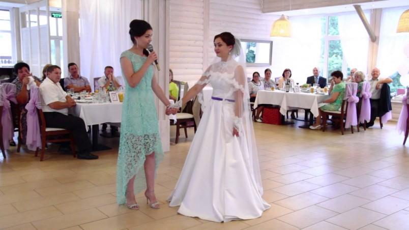 Поздравить подругу с днем свадьбы во время тоста – тоже замечательный вариант. Своими словами выразить радость и выпить за счастье невесты вместе со всеми присутствующими – это старинная русская традиция.