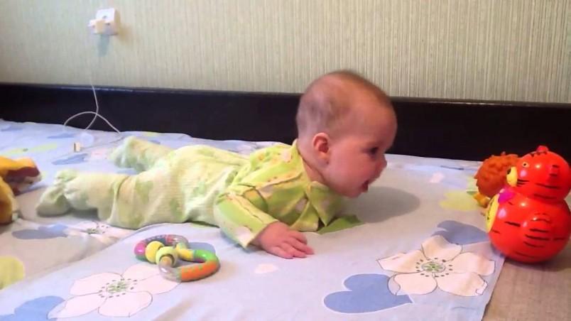 Навыки ребенка в 4 месяца становятся более разнообразными.