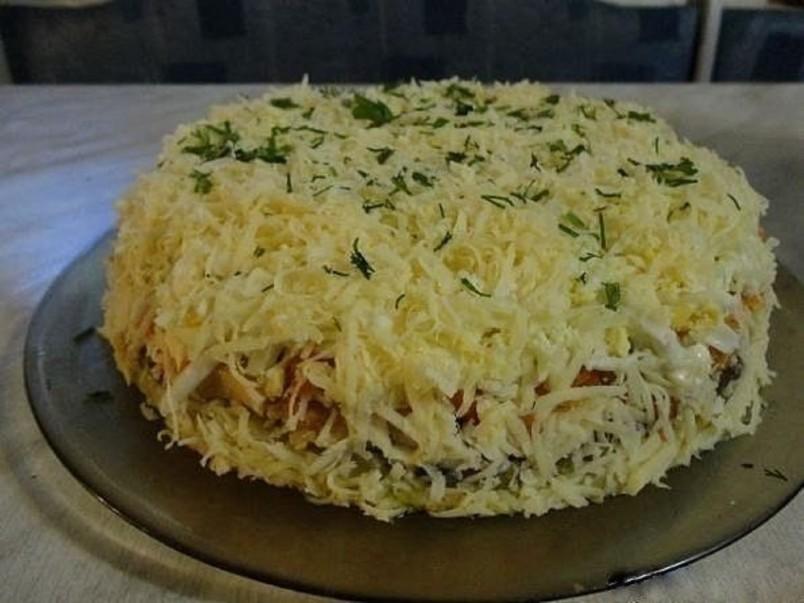 Любые слоеные салаты эффектно смотрятся, если приготовлены в специальной форме для выкладки гарниров и салатов.