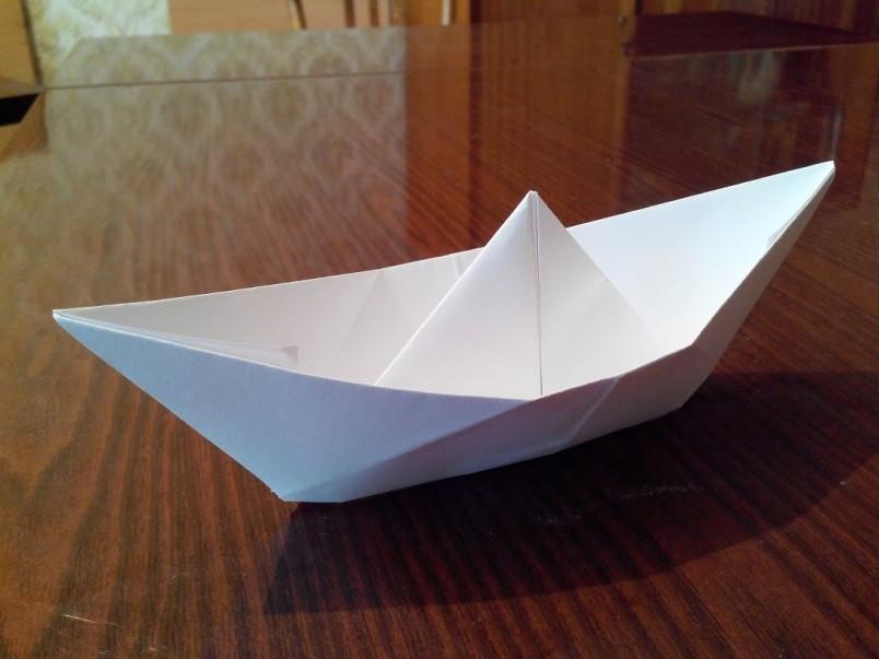 Все мы в детстве умели и любили делать бумажные кораблики, но со временем забыли об этом увлечении.
