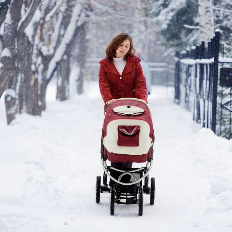 Если на улице стоит теплая комфортная погода, то начинать прогулки с малышом можно сразу после выписки из роддома.
