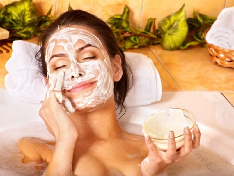 Во время нанесения маски постарайтесь расслабить мышцы лица, затем примите удобное положение, желательно лежа.