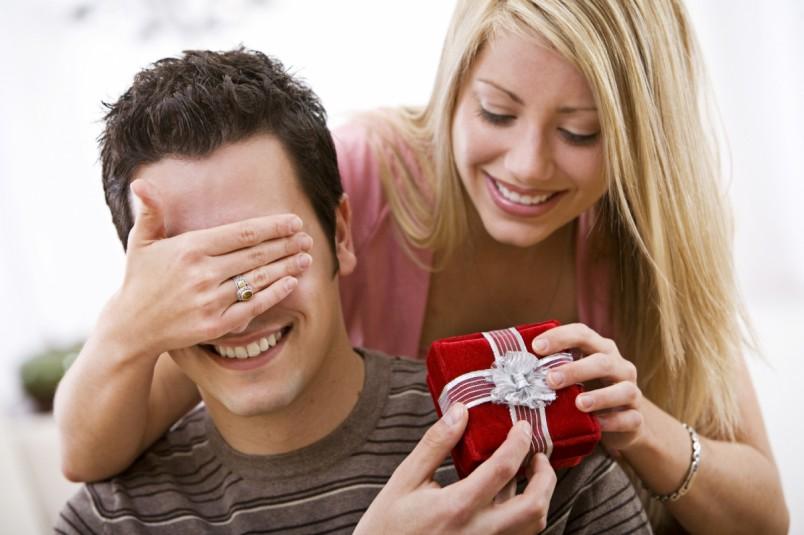 Даже самый банальный подарок доставит удовольствие мужчине, если его оригинально преподнести.