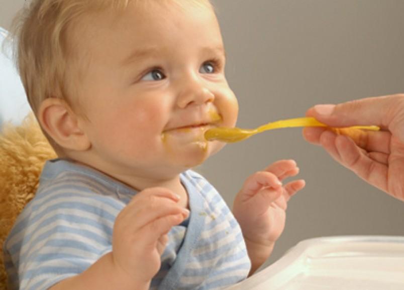 Если малыш страдает дефицитом железа , то в качестве прикорма следует использовать яблочное пюре и овсяную кашу