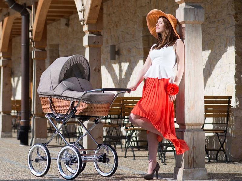 Некоторые специалисты рекомендуют дать малышу неделю на адаптацию и не выводить его из дома, но это вовсе не обязательно.