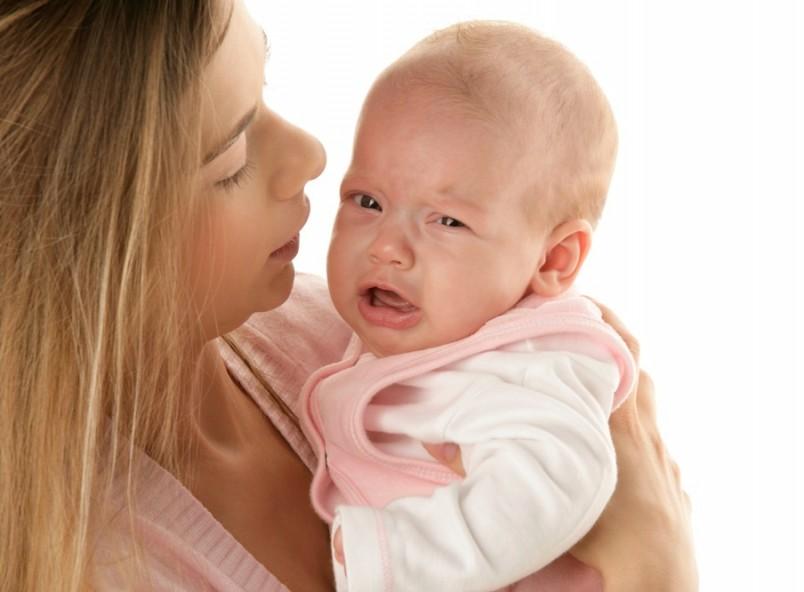 Если на начальной стадии заболевания малыша молочница почти не беспокоит, то в дальнейшем появляются болезненные ощущения, ребенок капризничает и может отказываться от еды.