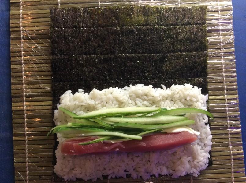 В Японии суши и роллы возведены в культ, там предлагаются специальные наборы посуды и особые ножи для их разделки.