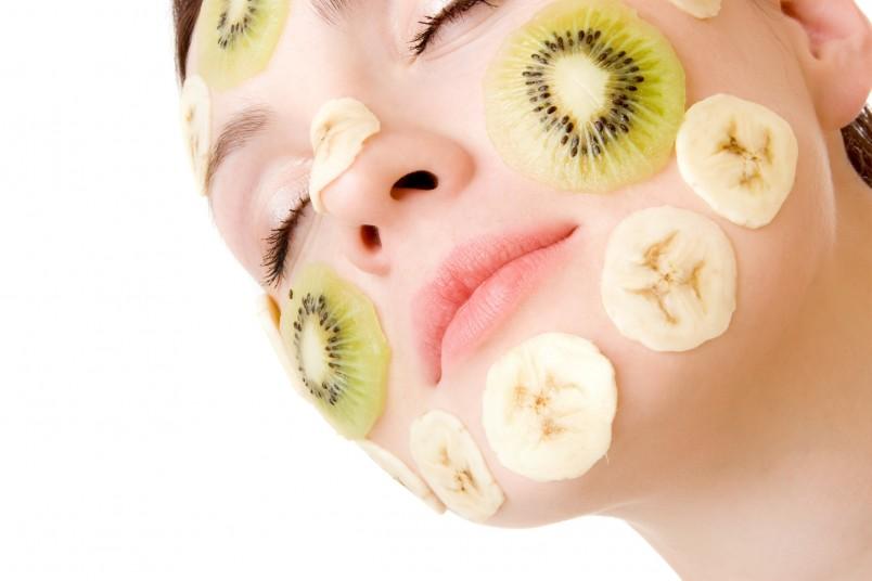 Благодаря комплексному подходу к уходу за кожей, банановые маски не только помогают против морщин, но и способствует общему омоложению кожи лица и шеи.