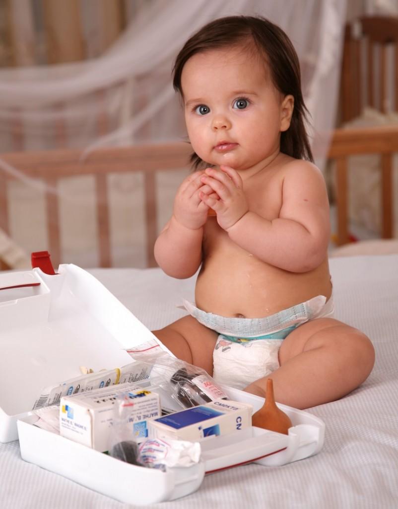 Все лекарства нужно хранить в отдельном шкафу или коробке, легко доступной для родителей, но совершенно недоступной для ребенка.
