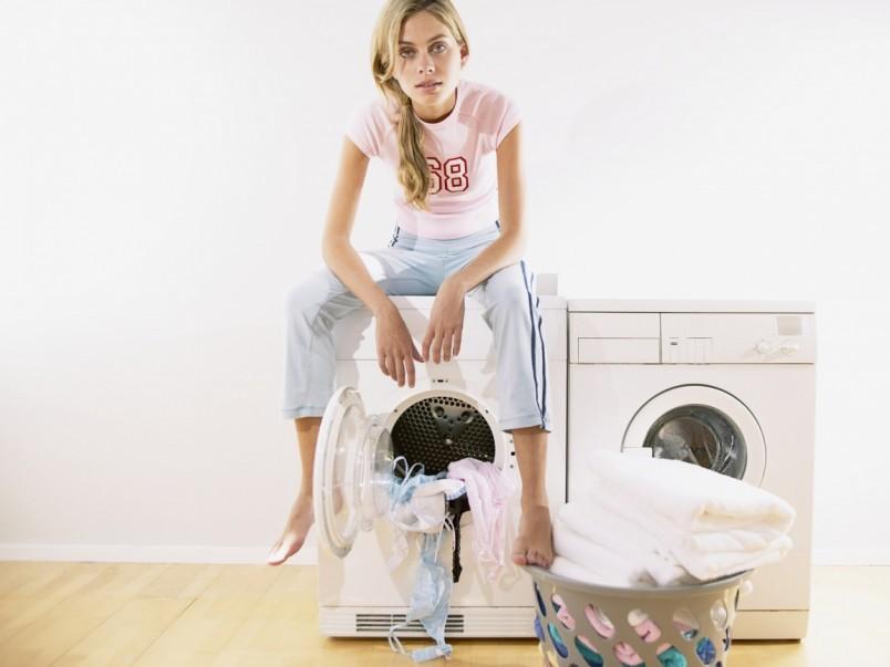 Пятна на одежде от дезодоранта легко поддаются действию специальных средств, которые есть практически в любом доме.