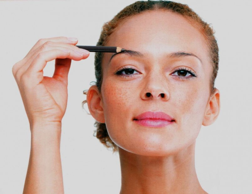 Перед тем, как накрасить брови карандаш, причешите их специальной щеточкой.