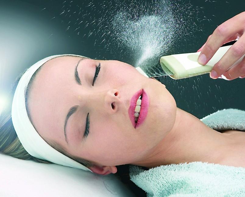 После чистки лица у косметолога кожа начинает лучше дышать, а это значительно уменьшает количество новых угрей и черных точек.