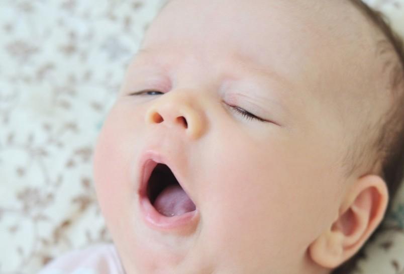 Если новорожденный не спит, значит, этому обязательно есть причина.