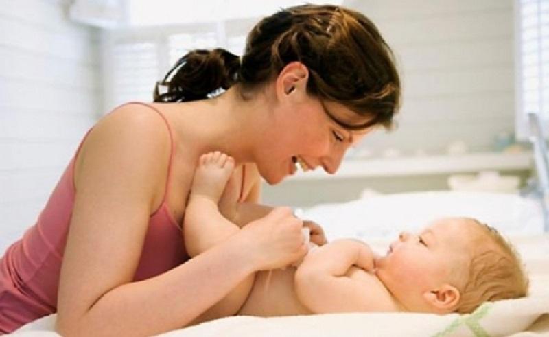 Причины, вызывающие колики у новорожденных у здоровых детей просты: скопление газов в кишечнике, которое вызывает боль.