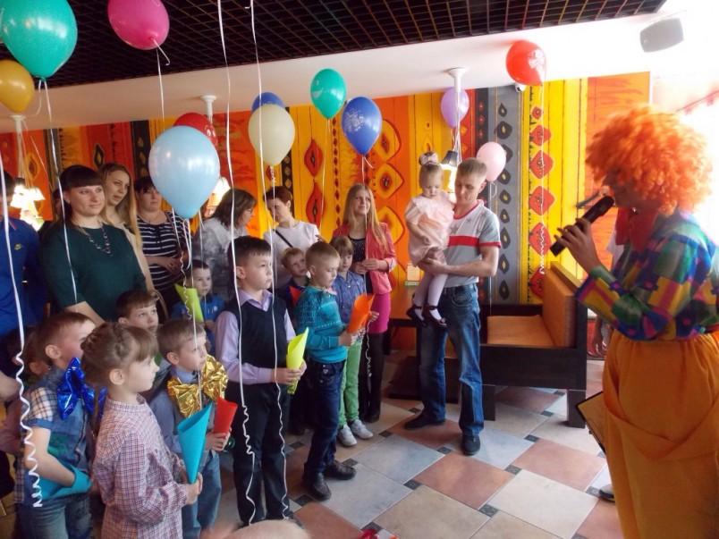 В праздничном представлении в честь дня рождения ребенка могут участвовать не только дети, но и взрослые.