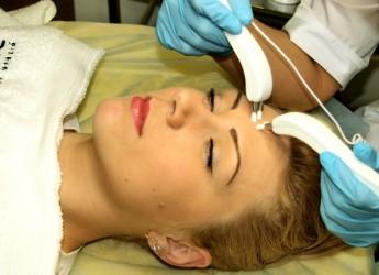 По своей сути, микротоковая терапия — это нежная электрическая стимуляция, которая вызывает расширение химических веществ кожи на клеточном уровне.