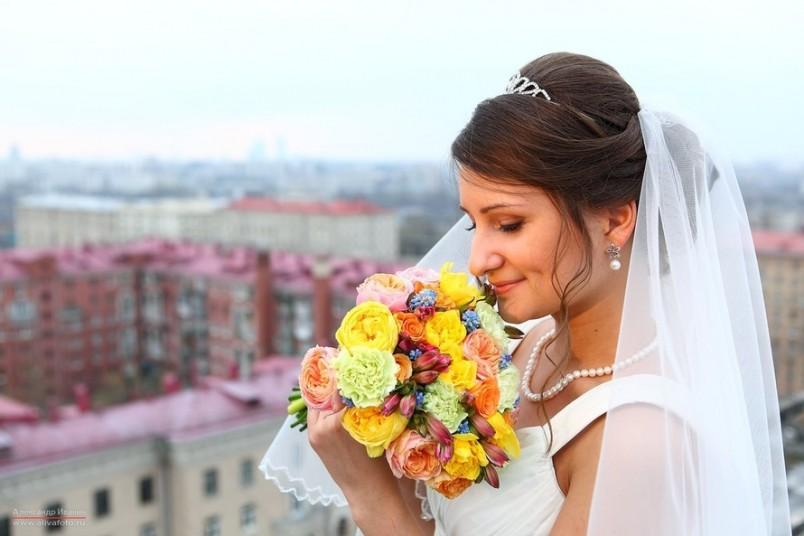 Свадебная прическа под диадему и фату не должна содержать множества разнородных элементов, она должна быть броской, но поддерживать стиль, соответствующий выбранному украшению.