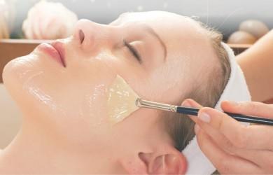 Такая маска полезна для тех, кто заметил на коже лица возрастные изменения, она хороший помощник в борьбе с морщинками и увяданием.