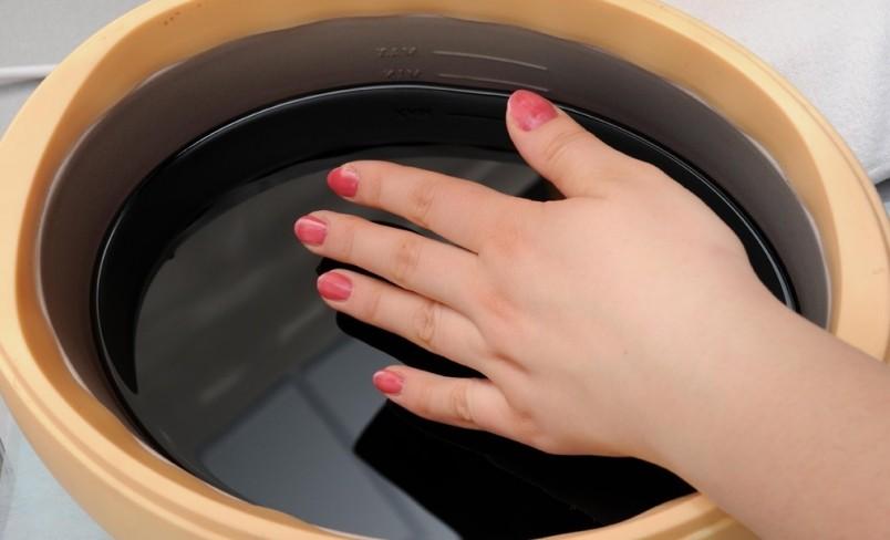 Не забудьте перед процедурой смазать кутикулу кремом, иначе она пересохнет и потрескается.