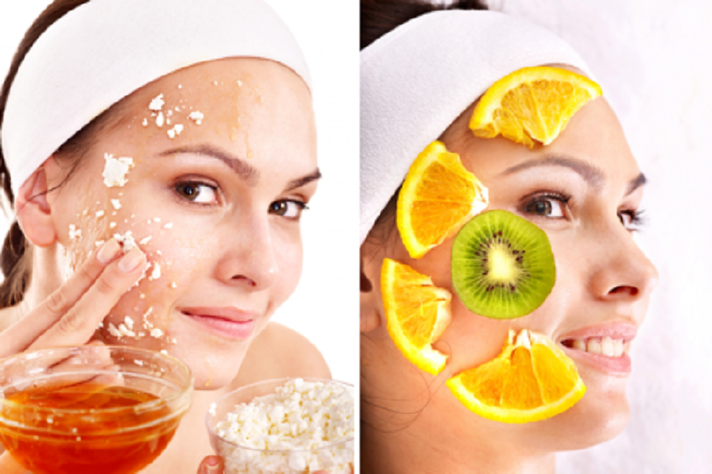 Для дополнительного питания, увлажнения и лифтинга кожи в уход важно включать маски для лица с биологически активными компонентами, минералами и маслами.