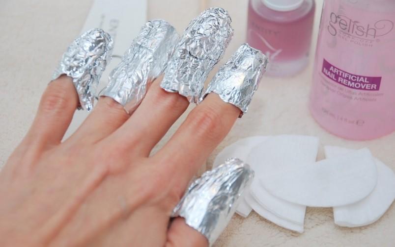 Удалить гель-лак с ногтей можно в домашних условиях. Главное помнить — никакой спешки.