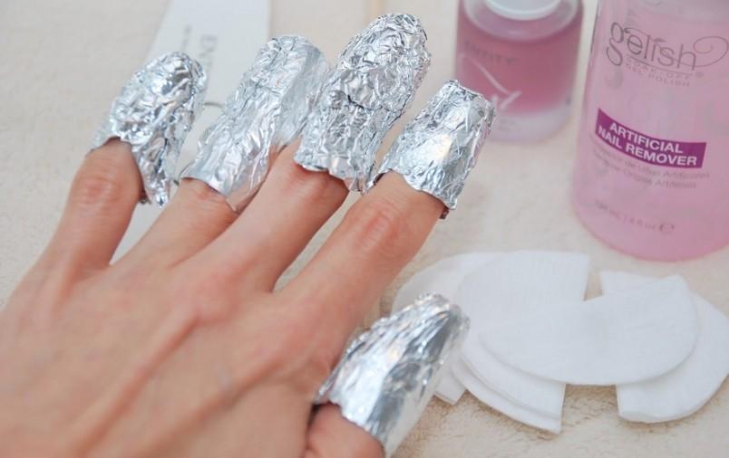 Вы будете удивлены тому, насколько просто можно снять лак, который может держаться очень долго на ваших ногтях.