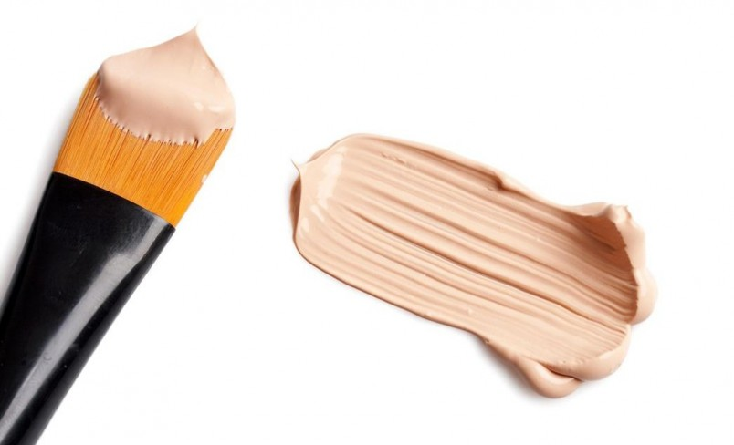 Тональные крема для взрослых женщин содержат микросферы, заполненные коллагеном, размер которых позволяет проникать между порами кожи, усиливая питание и улучшая внешний вид.