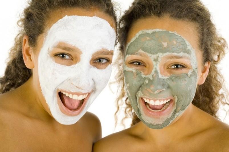 Глиняные маски нужно аккуратно наносить тонким слоем на очищенную от макияжа кожу и оставлять на десять-пятнадцать минут.