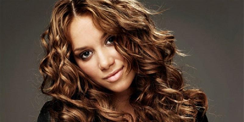 Для волнистых волос подойдет стрижка «каскад». Именно такой вариант порекомендует вам практически любой мастер.
