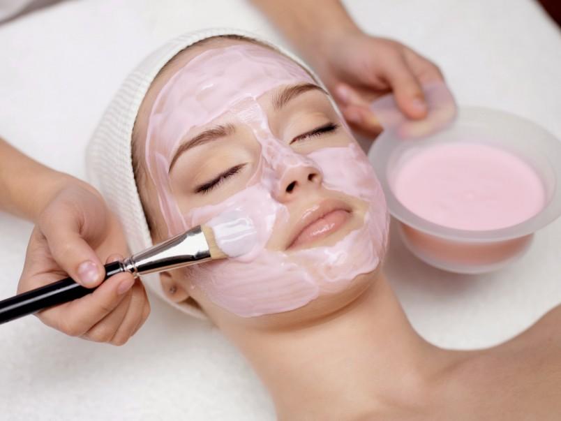 Парафиновые маски являются прекрасным средством разглаживания морщинок, они питают и увлажняют кожу, делая ее упругой и подтянутой.