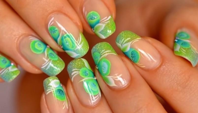 Художественная роспись ногтей, в которой используются акриловые краски, удивительно смотрится на ноготках.
