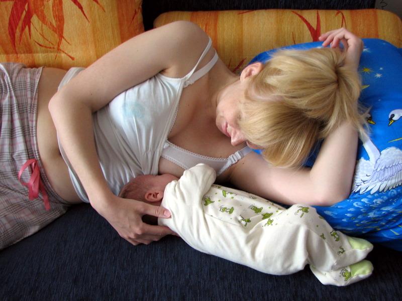 Поза во время кормления имеет очень большое значение для процесса грудного вскармливания - лактации.